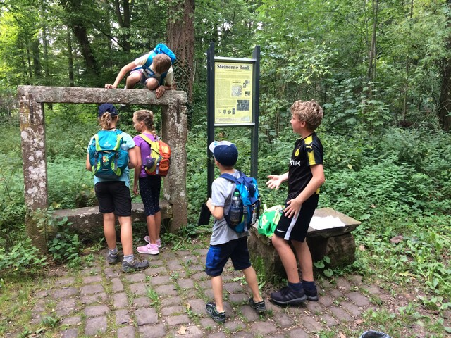 Fünf Kinder erkunden die Steinerne Bank