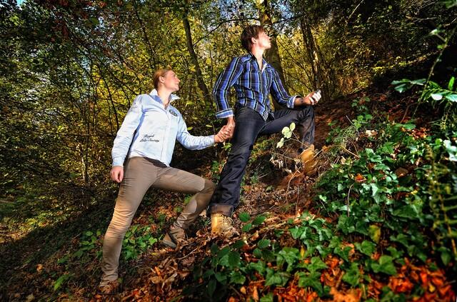 Mann und Frau gehen beim Geocachen bergauf