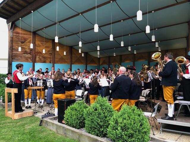 Regelmäßige Konzertreisen auch ins Ausland, wie hier 2018 in die Partnergemeinde nach Latsch, sind fester Bestandteil der Stadtkapelle.