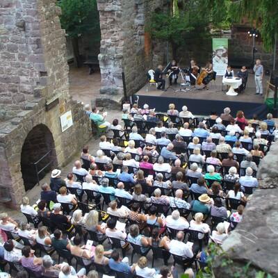 Gerbersauer Lesesommer zu Gast in der Burgruine Zavelstein