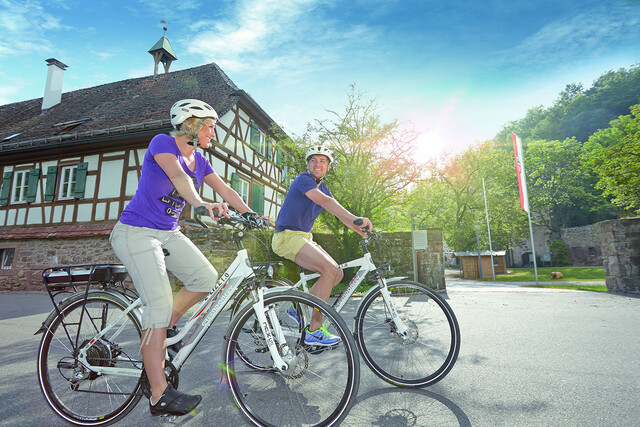 Radfahrende vor dem Kloster Reuthin in Wildberg