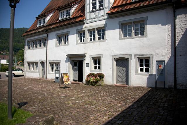 Die Ausstellung mit zahlreichen Text- und Bildtafeln sowie Fundgegenständen ermöglicht einen guten Einblick in die über 1100 Jahre zurückreichende Hirsauer Klosterkultur, über das Leben der Mönche sowie die Orts- und Sozialgeschichte des Kurorts.