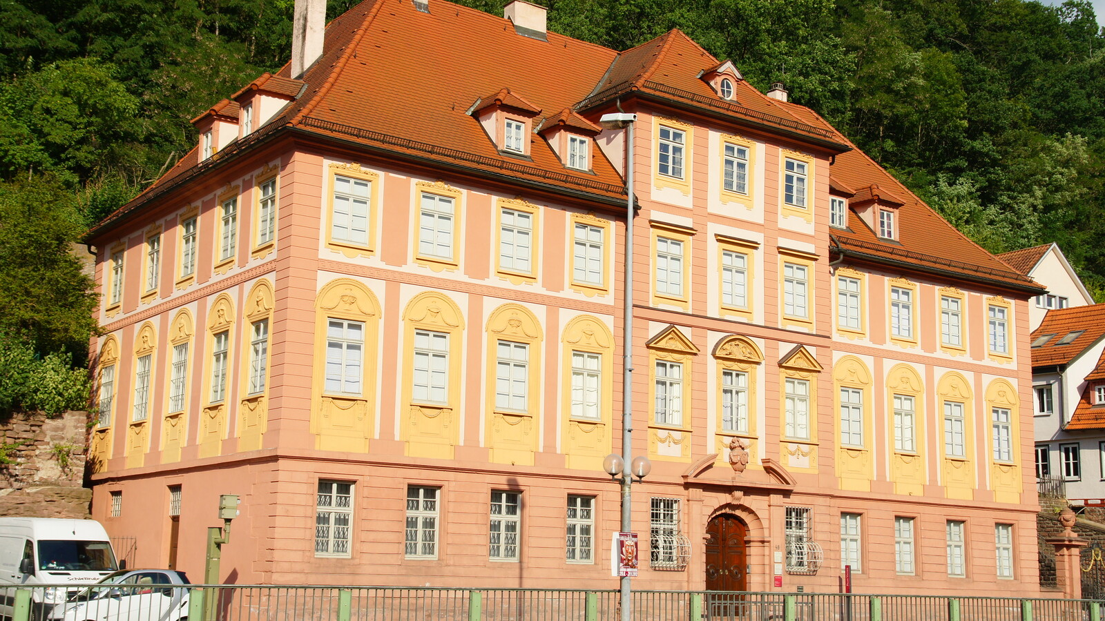 Das Palais Vischer ist eines der wenigen erhalten gebliebenen Privatgebäude nach Entwürfen des Hofbaumeisters Reinhard Ferdinand Heinrich Fischer, der bedeutend für seinen klaren Schwäbischen Klassizismus war. Heute beherbergt das Palais das Museum der Stadt Calw.