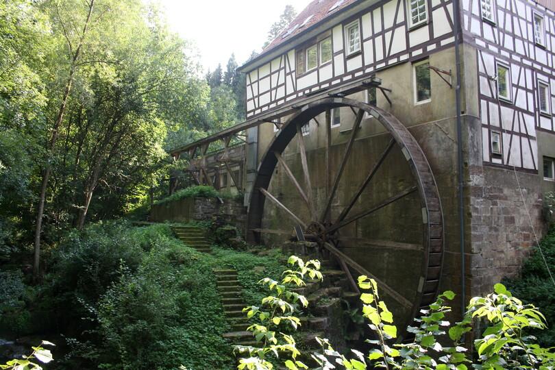 Fachwerkgebäude mit Mühlrad