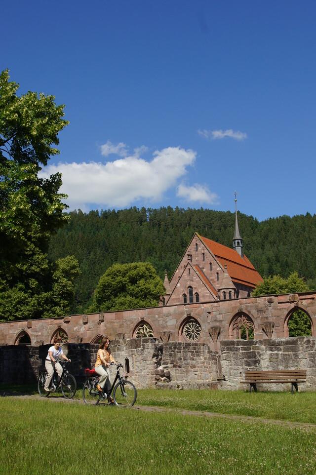 Radfahrende vor dem Kloster Hirsau