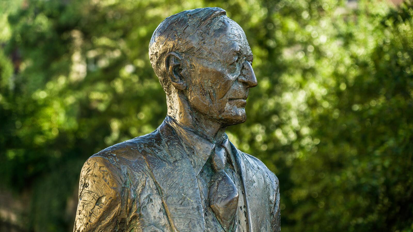 Hermann Hesse Statue Nikolausbrücke