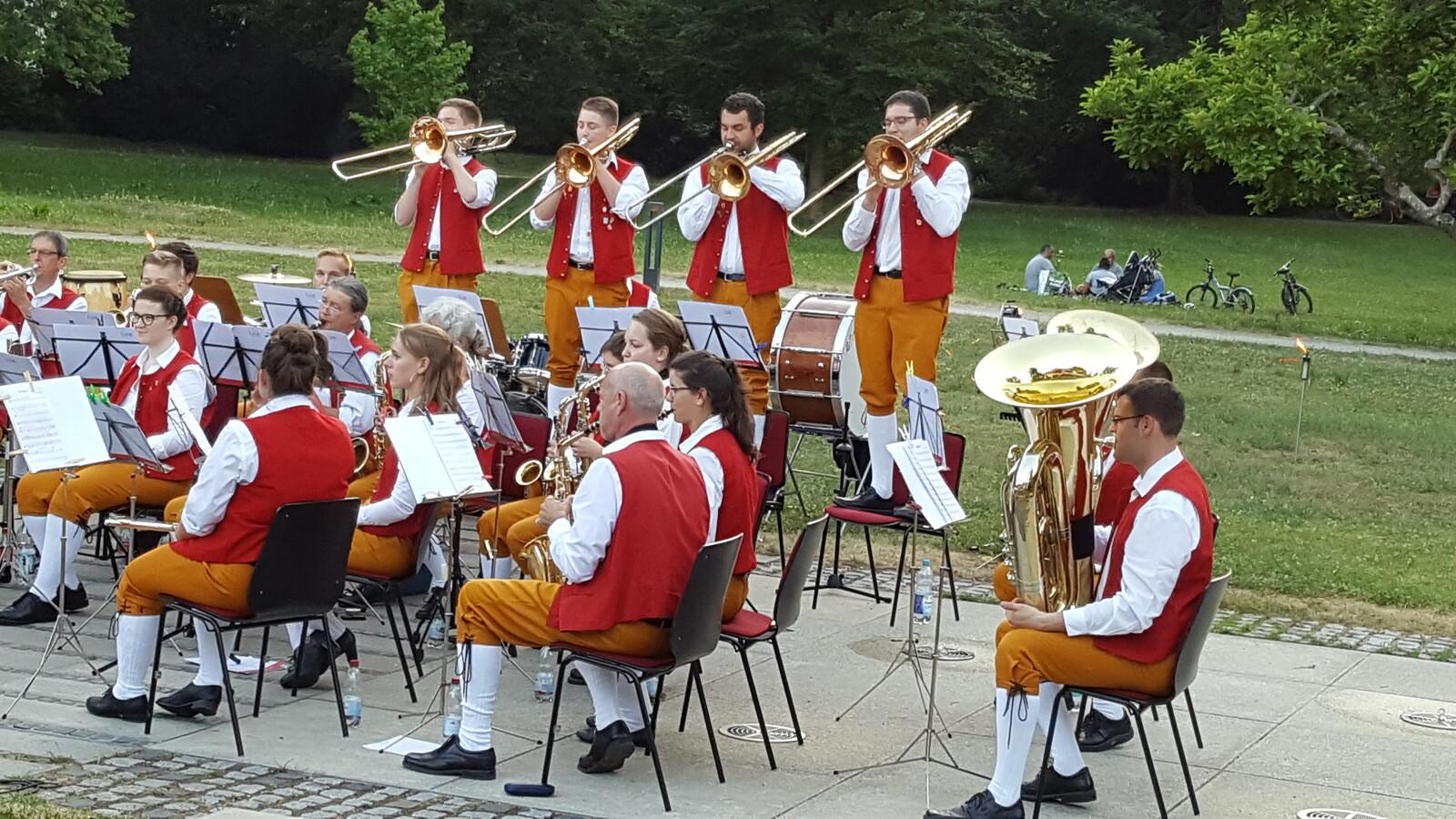 Bei der jährlichen Serenade im Kurpark Hirsau geht es musikalisch ein wenig lockerer zu. Neben traditioneller Blasmusik wird auch unterhaltende dargeboten.